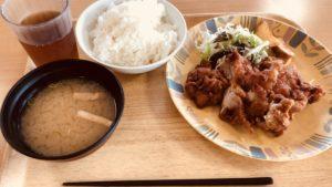 期間工の鶏肉とご飯と味噌汁
